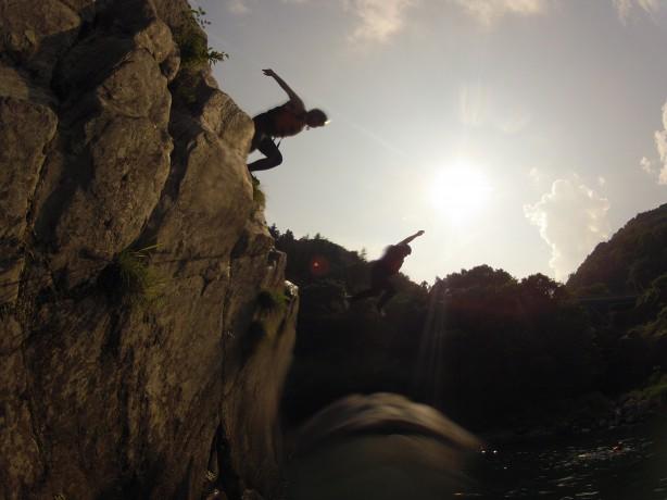 吉野川ラフティング 四国 高知 激流 西日をバックにジャンプ