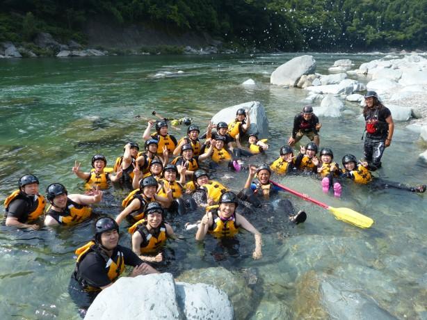 吉野川ラフティング 四国 高知 激流 今日は暑いんで水の中でハイチーズ